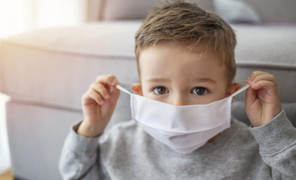 Vilka är symtomen på COVID-19 hos barn?